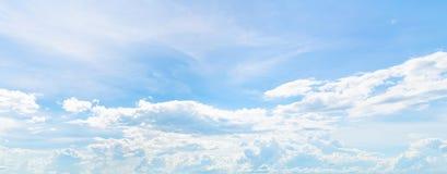 Ουρανός με τα σύννεφα, μπλε ουρανοί, άσπρα σύννεφα στοκ εικόνα με δικαίωμα ελεύθερης χρήσης