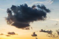 Ουρανός με τη θύελλα σύννεφων στο λυκόφως Στοκ Εικόνες