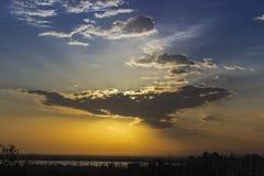 Ουρανός με τον ήλιο πίσω από ένα σύννεφο Στοκ Φωτογραφίες