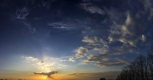 Ουρανός με τον ήλιο πίσω από ένα σύννεφο Στοκ Εικόνες