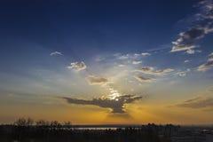 Ουρανός με τον ήλιο πίσω από ένα σύννεφο Στοκ εικόνες με δικαίωμα ελεύθερης χρήσης