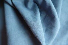 Ουρανός-μπλε ύφασμα λινού στις μαλακές πτυχές Στοκ Εικόνες