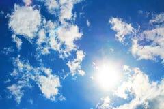 ουρανός, μπλε, σύννεφα, σύννεφο, ήλιος, αέρας, φύση, ημέρα, ουρανός, λευκό, καλοκαίρι, νεφελώδες, ατμόσφαιρα, φως του ήλιου, υπόβ Στοκ Φωτογραφίες