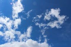 Ουρανός, μπλε, σύννεφα, σύννεφο, αέρας, λευκό, ήλιος, ημέρα, φύση, καιρός, ουρανός, νεφελώδης, cloudscape, φως, περίληψη, ατμόσφα Στοκ Εικόνες