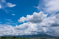 Ουρανός ομορφιάς με τη νεφελώδη ανωτέρω σειρά βουνών, ΤΣΕ φύσης ηρεμίας Στοκ εικόνα με δικαίωμα ελεύθερης χρήσης