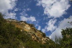 Ουρανός πέρα από τον απότομο βράχο στοκ εικόνες