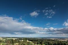 Ουρανός που καλύπτεται με τα άσπρα σύννεφα Στοκ εικόνες με δικαίωμα ελεύθερης χρήσης