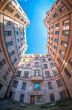 Ουρανός στα προαύλια η συνηθισμένη Αγία Πετρούπολη Στοκ Φωτογραφία