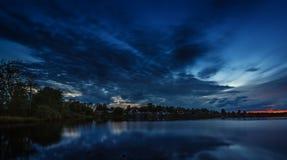 ουρανός στο ηλιοβασίλεμα που απεικονίζεται στο νερό της λίμνης Στοκ Φωτογραφία