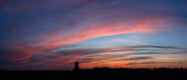 Ουρανός στο ηλιοβασίλεμα με τον ανεμόμυλο στοκ φωτογραφία με δικαίωμα ελεύθερης χρήσης