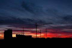 Ουρανός στο ηλιοβασίλεμα με το πανόραμα εικονικής παράστασης πόλης στοκ εικόνες