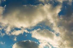 ουρανός Σύννεφα που φωτίζονται άσπρα γκρι σύννεφων Στοκ φωτογραφία με δικαίωμα ελεύθερης χρήσης