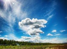 ουρανός σύννεφων πρώιμο καλοκαίρι ακτών πρωινού λιμνών Στοκ Φωτογραφίες