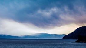 Ουρανός σύννεφων Timelapse επάνω από το δύσκολο ποταμό απόθεμα βίντεο