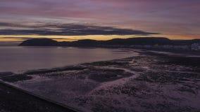 Ουρανός της Dawn πέρα από την ακτή Llandudno στη βόρεια Ουαλία απόθεμα βίντεο