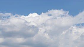 Ουρανός του μπλε χρώματος με τα μεγάλα άσπρα σύννεφα Στοκ Εικόνες