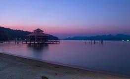 Ουρανός λυκόφατος μετά από την ανατολή νύχτας και την παραλία τοπίων χρώμα θάλασσας και ουρανού Στοκ Εικόνες