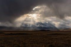 Ουρανός φωτός του ήλιου θύελλας σύννεφων βουνών Στοκ Εικόνες