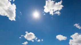 Ουρανός χαλάρωσης και σύννεφα και ακτίνες ήλιων Έμβλημα έννοιας περιβάλλοντος φύσης Στοκ εικόνες με δικαίωμα ελεύθερης χρήσης