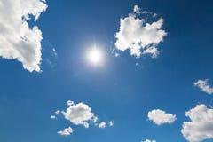 Ουρανός χαλάρωσης και σύννεφα και ακτίνες ήλιων Πεταλούδα στα χέρια, φύση Στοκ φωτογραφίες με δικαίωμα ελεύθερης χρήσης