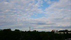 Ουρανός χρονικού σφάλματος ηλιοβασιλέματος και κινούμενες εγκαταστάσεις παραγωγής ενέργειας σύννεφων Λετονία 4K φιλμ μικρού μήκους