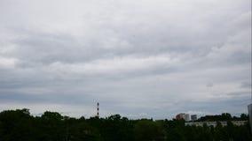 Ουρανός χρονικού σφάλματος ηλιοβασιλέματος και κινούμενες εγκαταστάσεις παραγωγής ενέργειας σύννεφων Λετονία 4K απόθεμα βίντεο