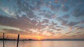 Ουρανός όμορφος και τα σύνολα ήλιων πέρα από την πορτοκαλιά δεξαμενή κολπίσκου Στοκ Εικόνες