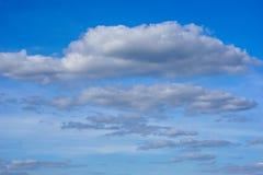 Ουρανός Bbeautiful με το υπόβαθρο σύννεφων Μουτζουρωμένοι μπλε ή κυανοί ουρανός και σύννεφο ουρανού στη φωτεινή ημέρα του ήλιου στοκ φωτογραφία με δικαίωμα ελεύθερης χρήσης