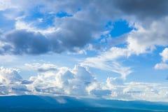 Ουρανός Beautyl με τη νεφελώδη ανωτέρω σειρά βουνών, BA φύσης ηρεμίας Στοκ φωτογραφία με δικαίωμα ελεύθερης χρήσης