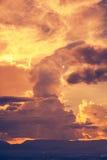 Ουρανός Beautyl με τη νεφελώδη ανωτέρω σειρά βουνών, BA φύσης ηρεμίας Στοκ Εικόνα