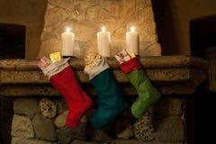 ουρανός santa του Klaus παγετού Χριστουγέννων καρτών τσαντών Γυναικεία κάλτσα στο υπόβαθρο εστιών στοκ φωτογραφία με δικαίωμα ελεύθερης χρήσης