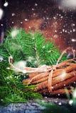 ουρανός santa του Klaus παγετού Χριστουγέννων καρτών τσαντών Δέσμη με τα ραβδιά κανέλας Συρμένο χιόνι Στοκ φωτογραφία με δικαίωμα ελεύθερης χρήσης