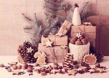 ουρανός santa του Klaus παγετού Χριστουγέννων καρτών τσαντών Διακοσμήσεις Χριστουγέννων - μπισκότα, μήλα, καρύδια, s Στοκ εικόνα με δικαίωμα ελεύθερης χρήσης