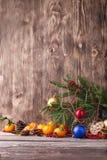ουρανός santa του Klaus παγετού Χριστουγέννων καρτών τσαντών Νέα σύνθεση έτους με το μανταρίνι στο ξύλινο υπόβαθρο Στοκ Εικόνα