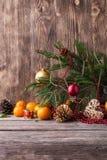 ουρανός santa του Klaus παγετού Χριστουγέννων καρτών τσαντών Νέα σύνθεση έτους με το μανταρίνι στο ξύλινο υπόβαθρο Στοκ εικόνα με δικαίωμα ελεύθερης χρήσης