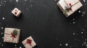 ουρανός santa του Klaus παγετού Χριστουγέννων καρτών τσαντών Στο μαύρο υπόβαθρο, τα διακοσμητικά δώρα τακτοποίησαν στις γωνίες πο Στοκ φωτογραφία με δικαίωμα ελεύθερης χρήσης
