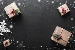 ουρανός santa του Klaus παγετού Χριστουγέννων καρτών τσαντών Τα δώρα τακτοποίησαν symmetrically, μέσω των γωνιών, για το διάστημα Στοκ Εικόνες