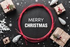 ουρανός santa του Klaus παγετού Χριστουγέννων καρτών τσαντών Τα δώρα τακτοποίησαν symmetrically, μέσω των γωνιών, με ένα μήνυμα χ Στοκ εικόνα με δικαίωμα ελεύθερης χρήσης