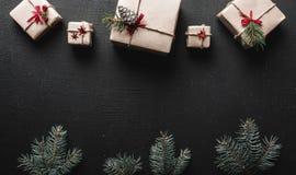 ουρανός santa του Klaus παγετού Χριστουγέννων καρτών τσαντών Τα Symmetrically τακτοποιημένα δώρα στο τοπ και πράσινο έλατο διακλα Στοκ φωτογραφίες με δικαίωμα ελεύθερης χρήσης