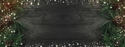 ουρανός santa του Klaus παγετού Χριστουγέννων καρτών τσαντών Το μαύρο ξύλινο υπόβαθρο, με το πεύκο διακλαδίζεται και πεύκων κώνοι στοκ εικόνες
