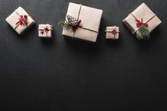ουρανός santa του Klaus παγετού Χριστουγέννων καρτών τσαντών Symmetrically τακτοποιημένα δώρα στην κορυφή της εικόνας Διάστημα ευ Στοκ Φωτογραφίες