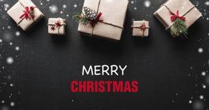 ουρανός santa του Klaus παγετού Χριστουγέννων καρτών τσαντών Symmetrically τακτοποιημένα δώρα στην κορυφή της εικόνας Μήνυμα χαιρ Στοκ εικόνα με δικαίωμα ελεύθερης χρήσης