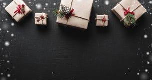 ουρανός santa του Klaus παγετού Χριστουγέννων καρτών τσαντών Symmetrically τακτοποιημένα δώρα στην κορυφή της εικόνας Διάστημα γι Στοκ Εικόνες
