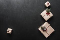ουρανός santa του Klaus παγετού Χριστουγέννων καρτών τσαντών Symmetrically τακτοποιημένα δώρα στη δεξιά πλευρά της εικόνας με μορ Στοκ Φωτογραφίες