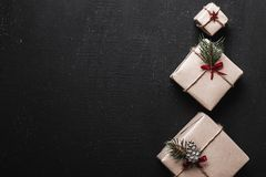 ουρανός santa του Klaus παγετού Χριστουγέννων καρτών τσαντών Symmetrically τακτοποιημένα δώρα στη δεξιά πλευρά της εικόνας με μορ Στοκ Εικόνες