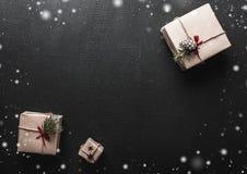 ουρανός santa του Klaus παγετού Χριστουγέννων καρτών τσαντών Symmetrically τακτοποιημένα δώρα στις αντίθετες γωνίες σε σχέση με μ Στοκ Εικόνες