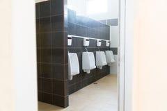 Ουροδοχεία στην τουαλέτα των ατόμων στοκ εικόνες