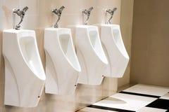 Ουροδοχεία στο σύγχρονο δημόσιο εσωτερικό τουαλετών men's με το άσπρο cera Στοκ φωτογραφία με δικαίωμα ελεύθερης χρήσης