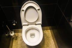 Ουροδοχείο και τουαλέτα στο γραφείο στοκ εικόνα
