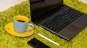 Ουσία γραφείων με το έξυπνους τηλεφωνικούς lap-top και τον καφέ στοκ φωτογραφίες με δικαίωμα ελεύθερης χρήσης